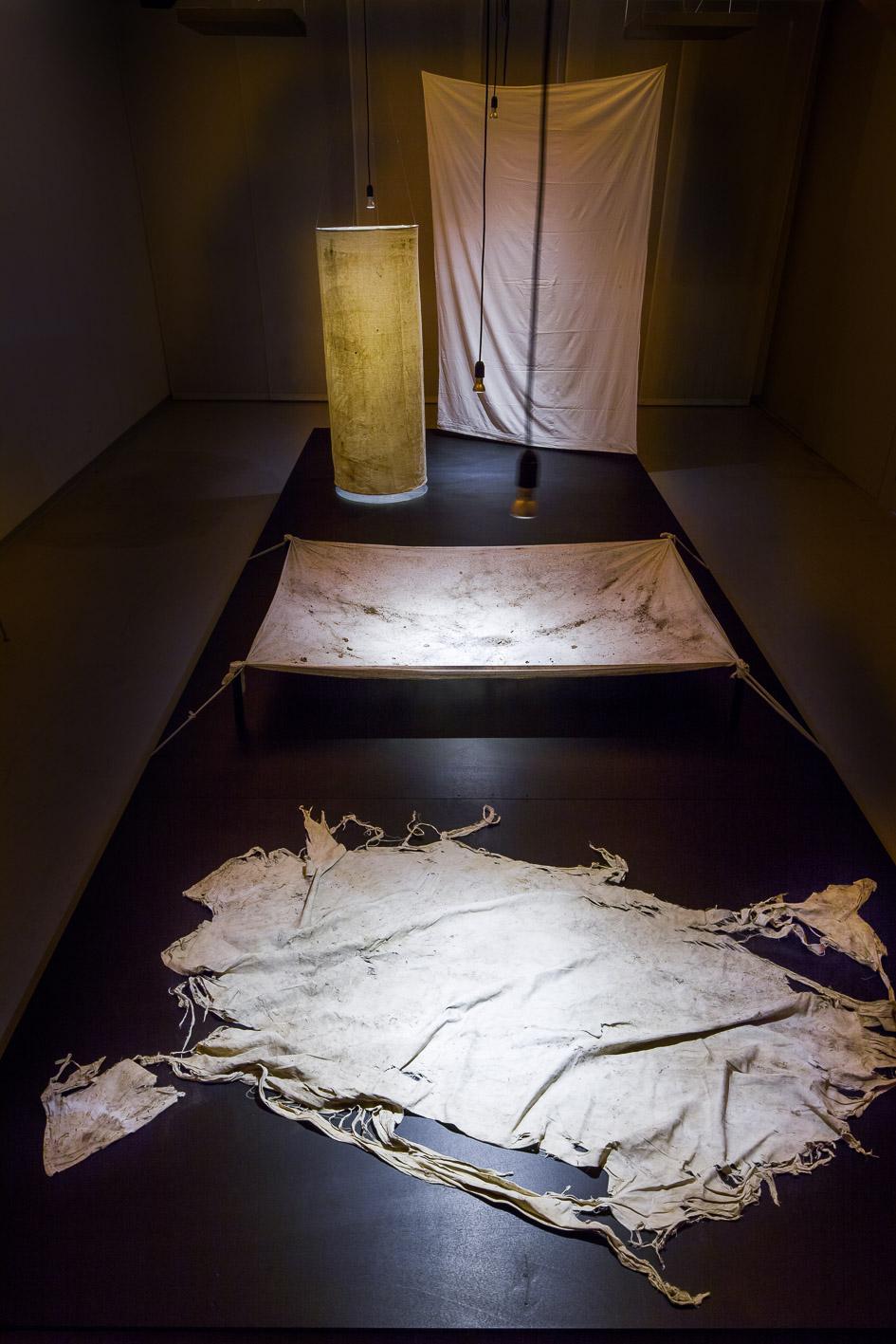 Tücher des Lebens. Installation von Gertrud Kohli